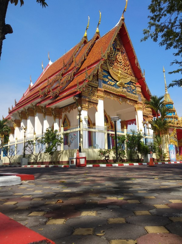 A beautiful temple in Phuket with while columns and a red/orange roof