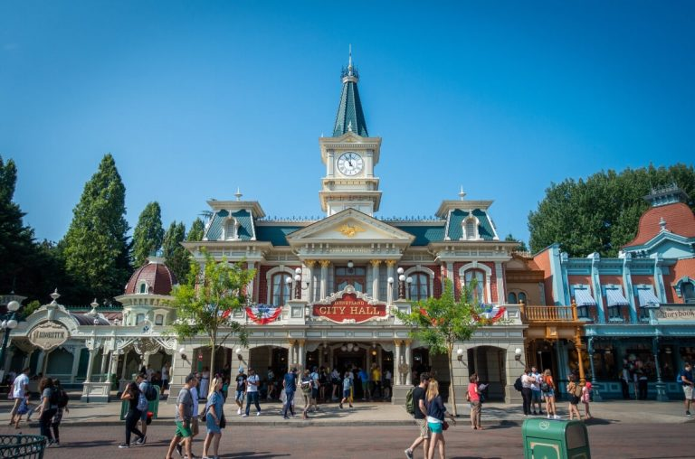 A picture of City Hall under clear blue skies at Disneyland Paris